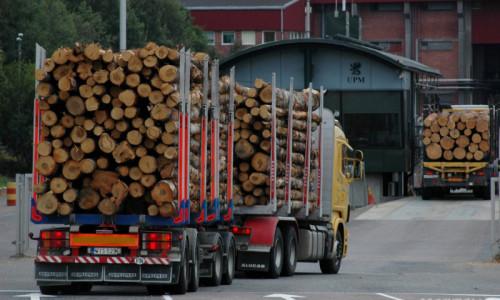 Truck UUI-779 arriving at the UPM Kymmene mill in Lappenranta, Finland  Date 21.08.2006 Time 19.55-> Team: FI: Janne, Henna, Jarkko Place: Värtsilä (Niirala) Type of wood:  Truck: Yellow Scania Company: ? Licence plate: UUI-779 Trailer Licence plate: WIS-529